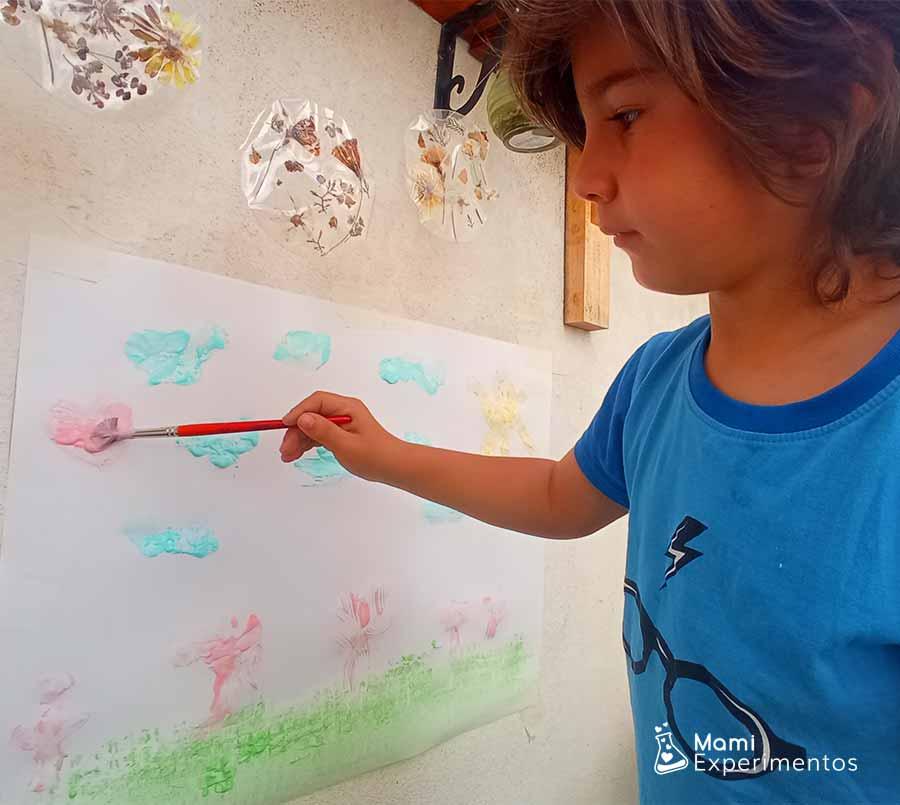 Dibujando con pintura de yogur casera no tóxica especial para bebés