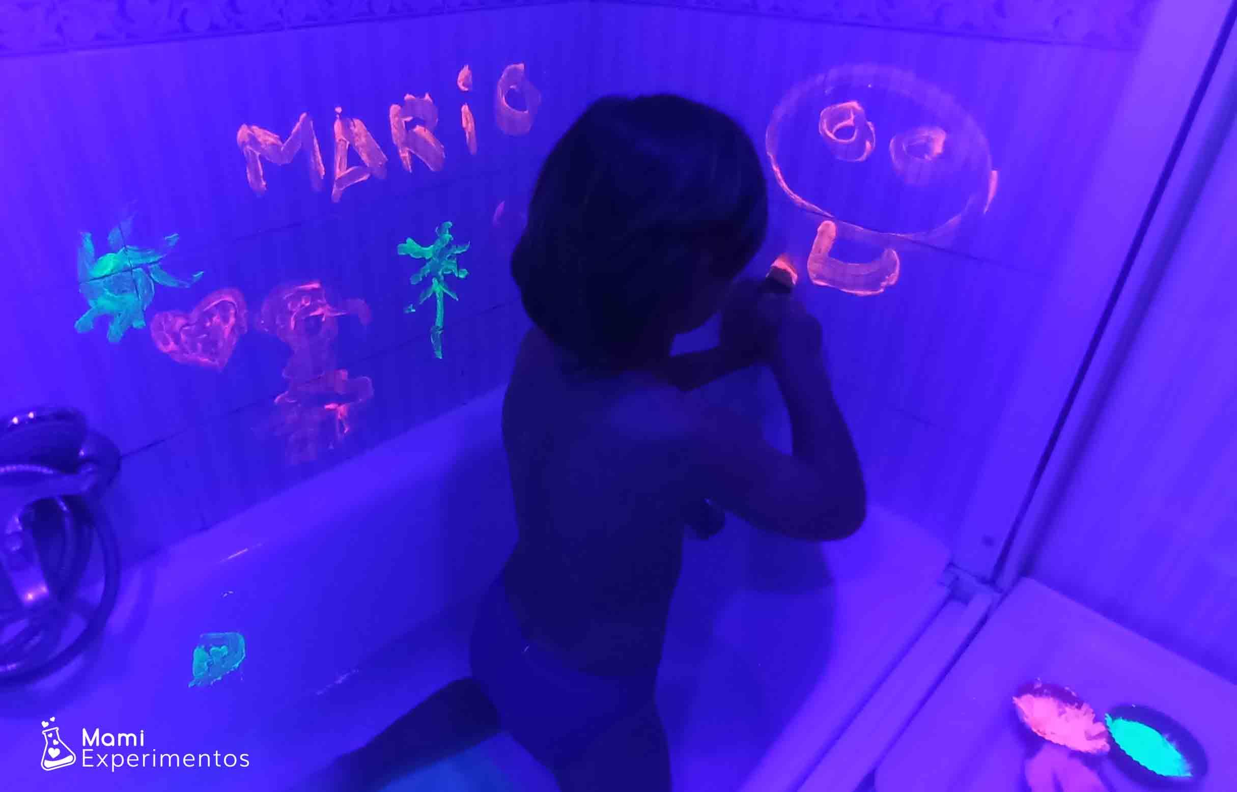Disfrutando de un baño sensorial con pinturas fluorescentes y luz negra