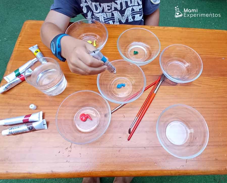 Echando acuarela en los diferentes recipientes para hacer acuarelas líquidas