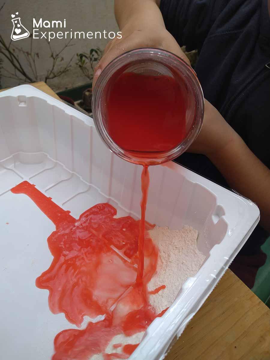 Echando agua con colorante rojo para plastilina de la amistad
