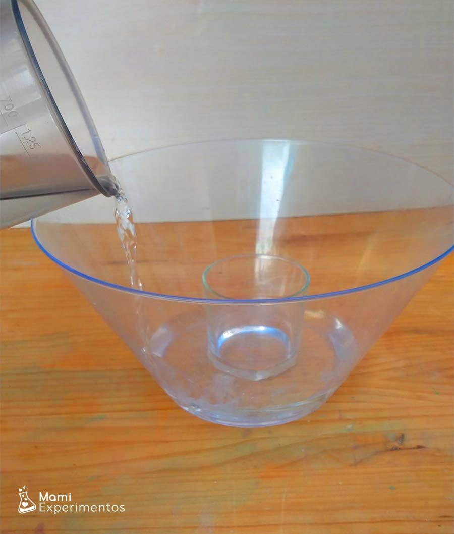 Echando agua recipiente para ciclo del agua