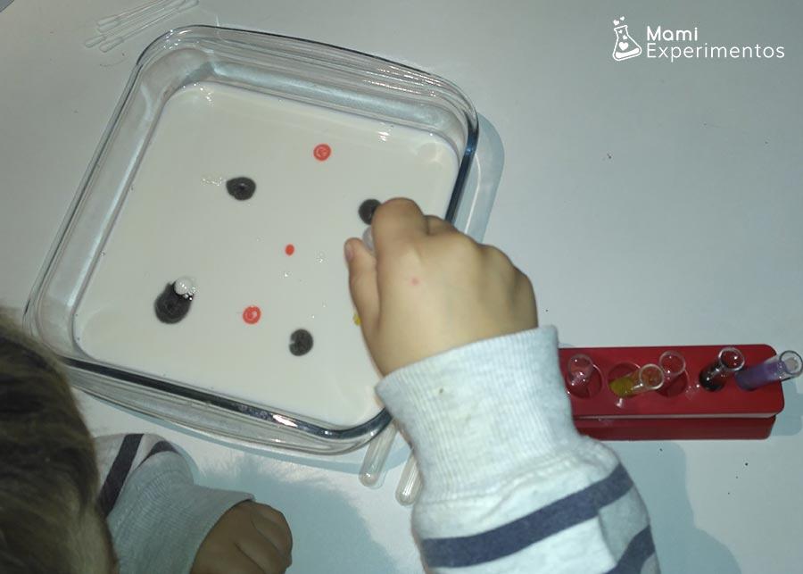 Echando colorante en lienzo de leche
