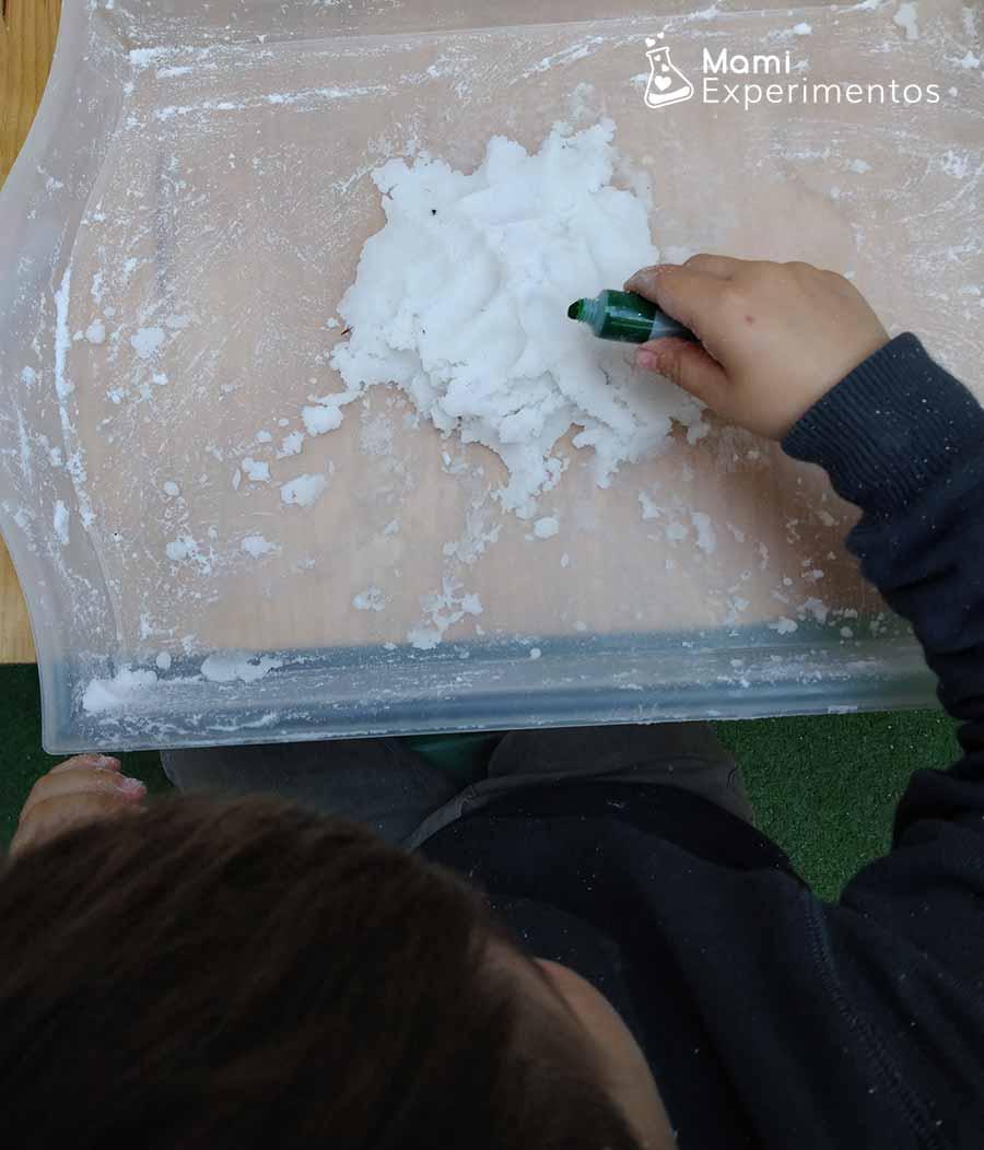 Echando colorante verde al bicarbonato