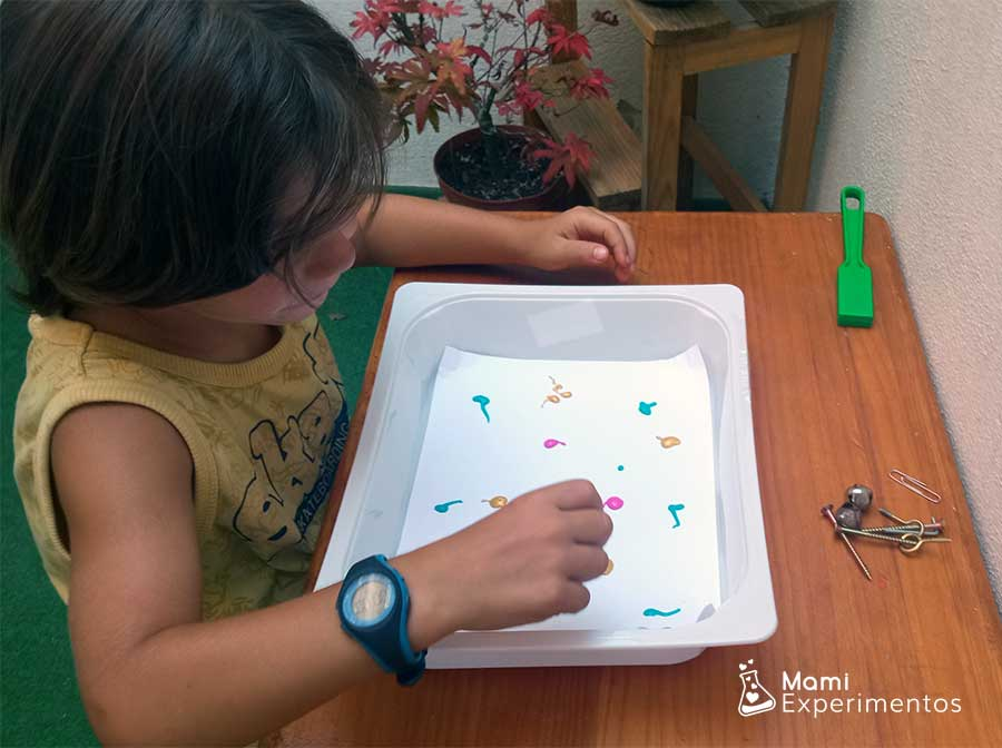 Echando en bandeja con pintura los objetos metálicos
