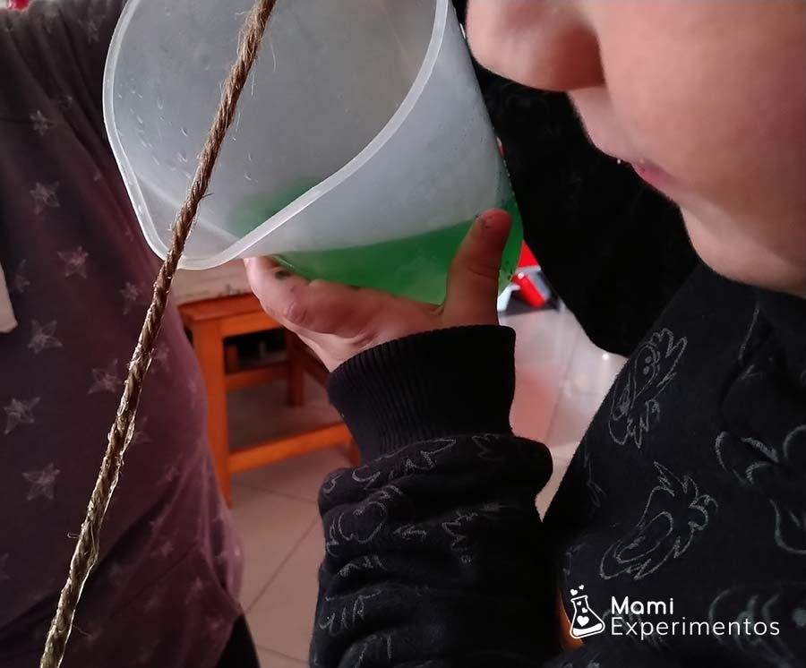 Experimento del agua que viaja por la cuerda