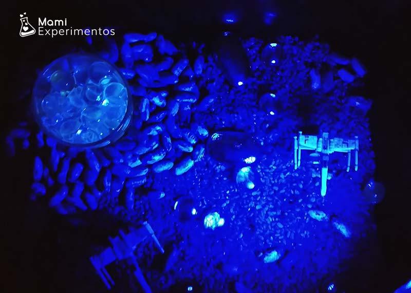 El espacio en una caja sensorial con luz negra o ultravioleta