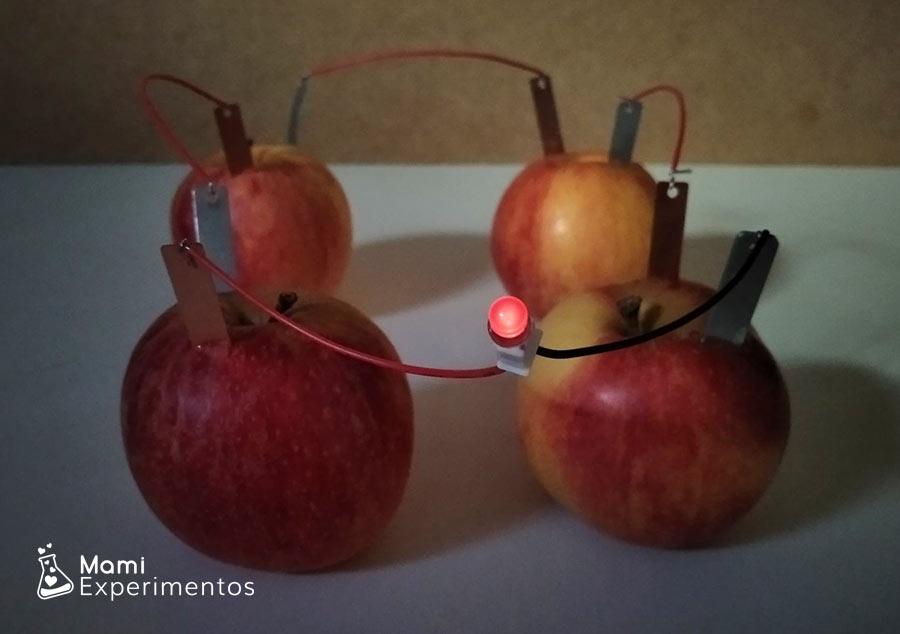 Electricidad con manzanas combilla encendida