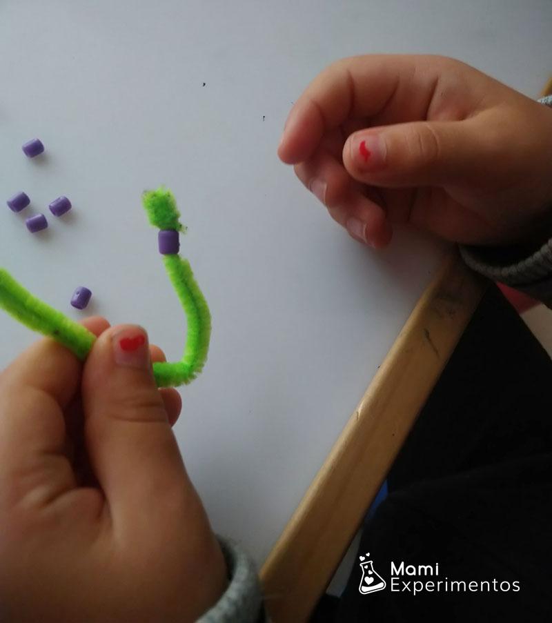Ensartando cuentas para crear constelaciones en limpiapipas
