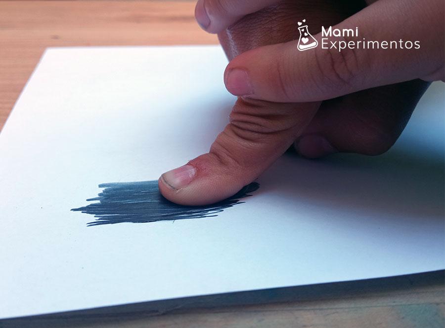 Estampando dedo con lápiz para crear huellas dactilares