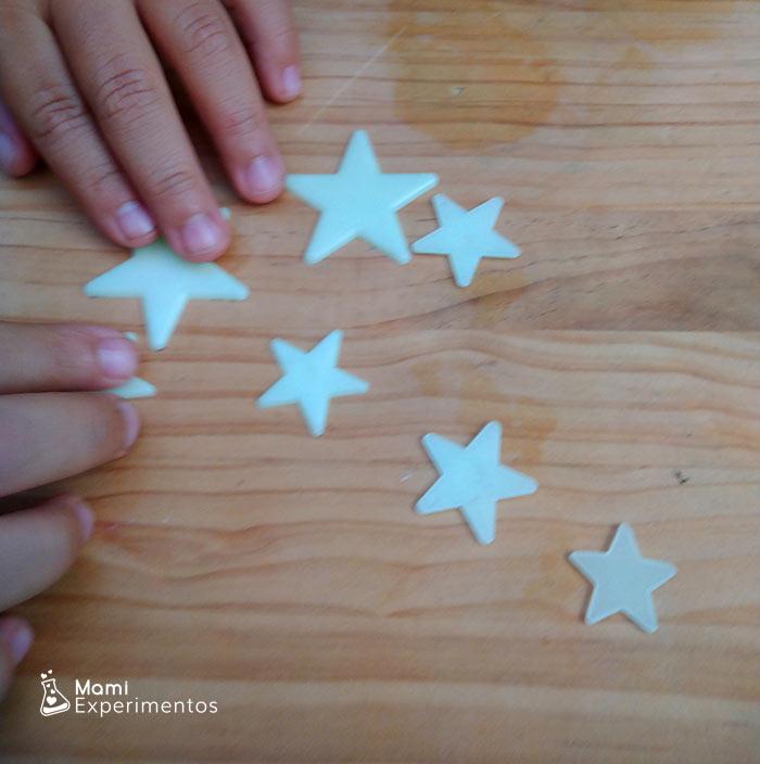 Estrellas adhesivas que brillan en la oscuridad experimento gravedad con imanes