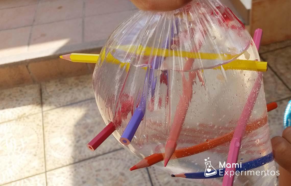 Experimento de bolsa a prueba de agujeros con lápices