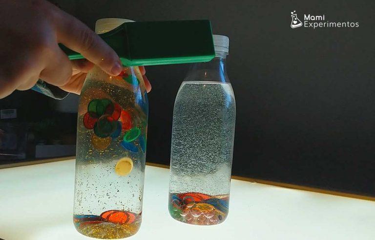 Experimento botellas sensoriales magnéticas en mesa de luz