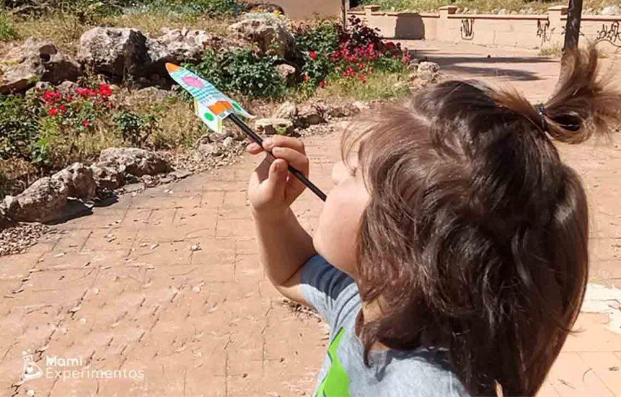 Experimento científico del cohete de papel impulsado por una pajita