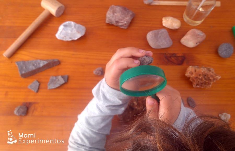 Exploración de texturas y colores en centro de experimentación de rocas