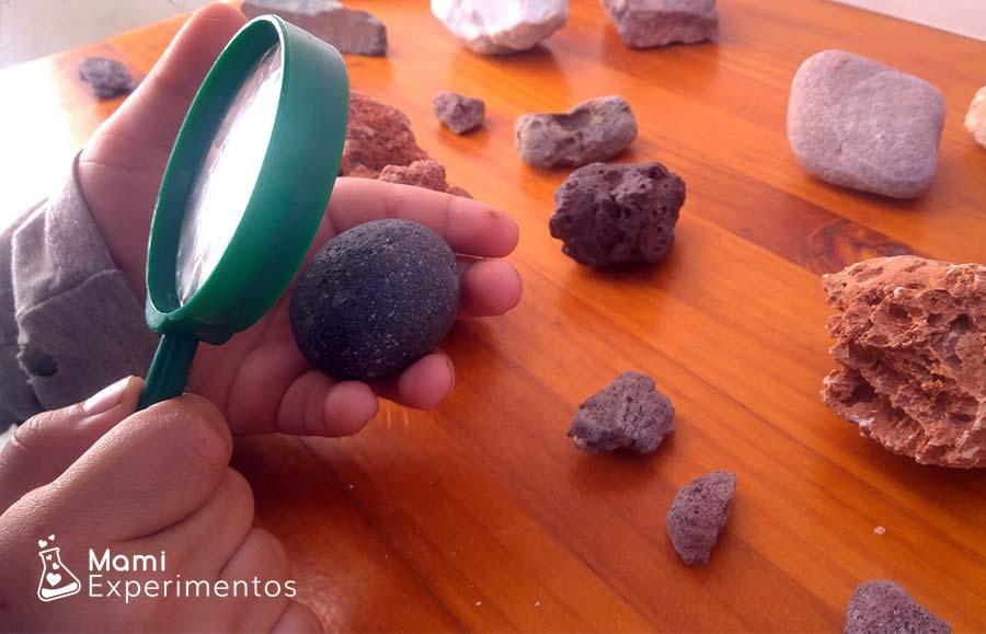 Explorar con lupa las rocas de cantos redondeados