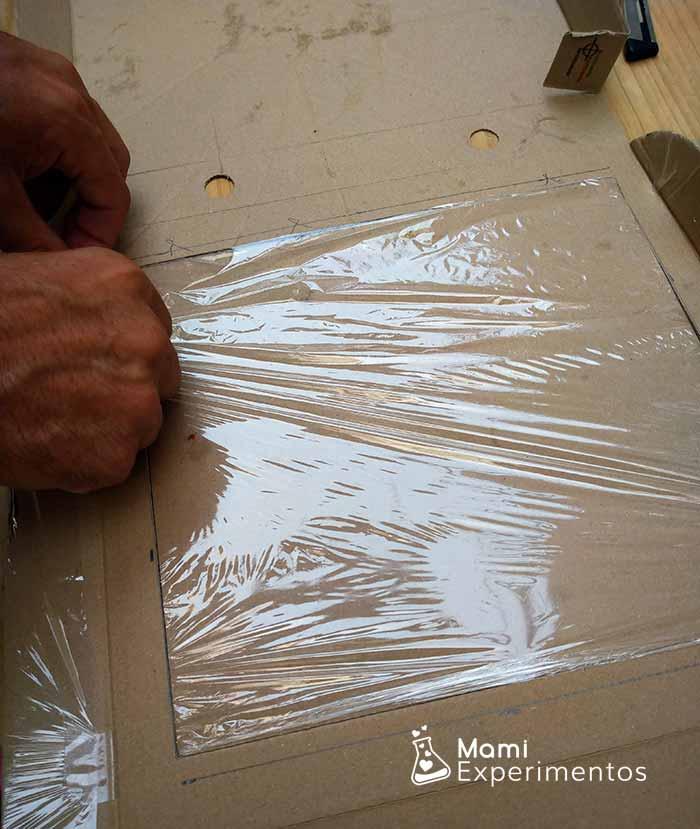 Film en la tapadera que se ha cortado para horno solar