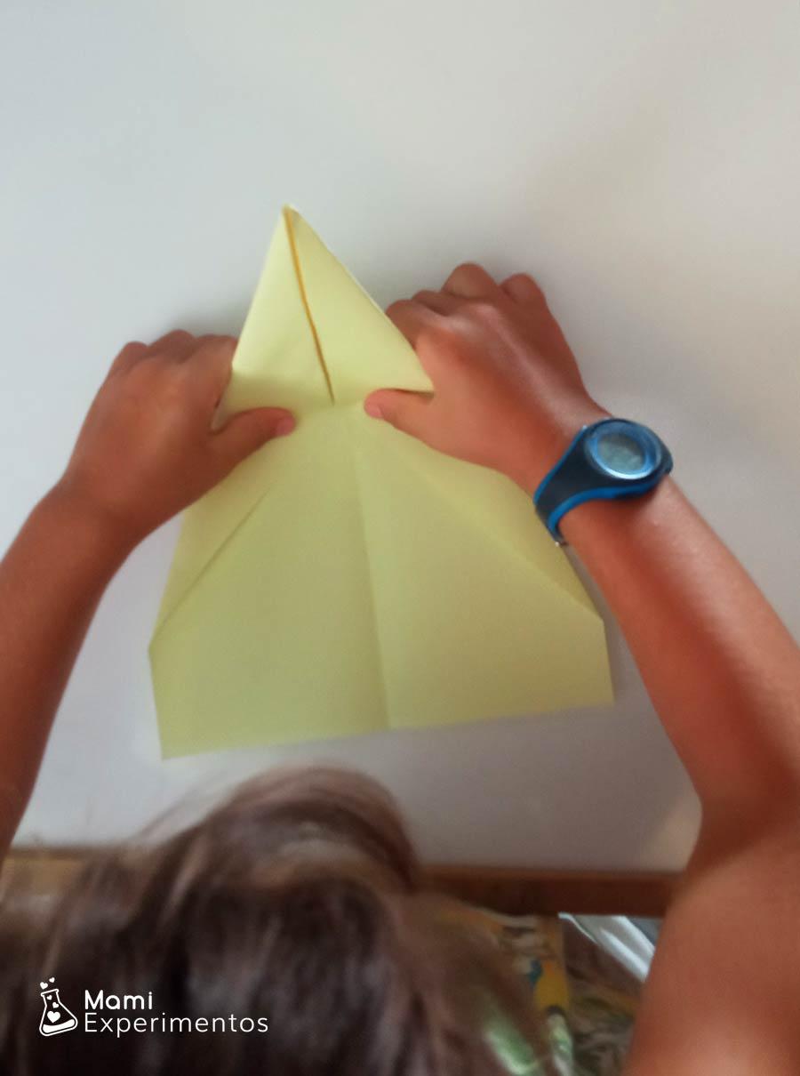 Física con aviones de colores hechos de papel