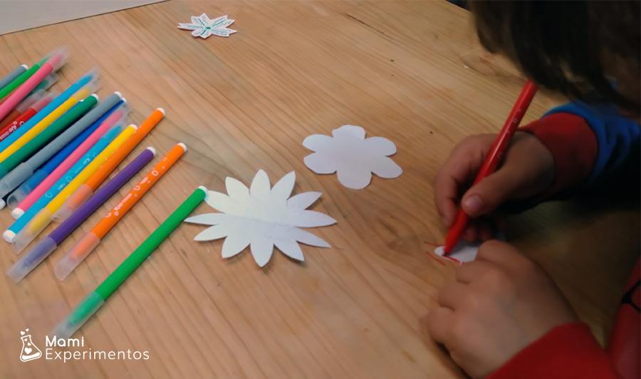 Flores pintadas preparadas para experimento flores que se abren