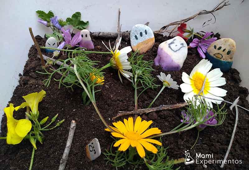 Flores varias en caja sensorial primavera