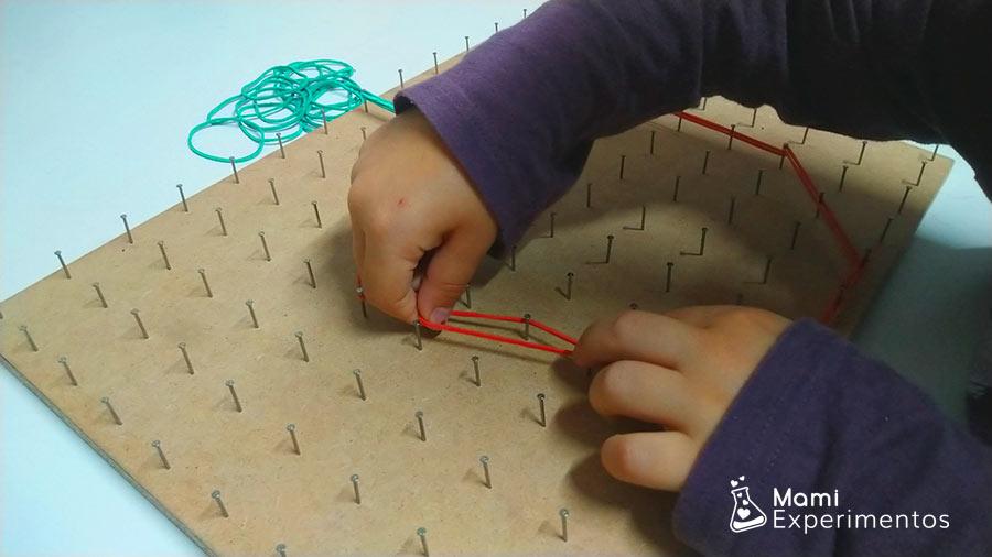 Formar calabaza con gomas elásticas en geoplano halloween