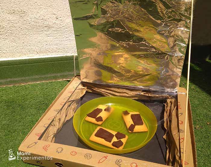Galletas con chocolate en horno solar casero
