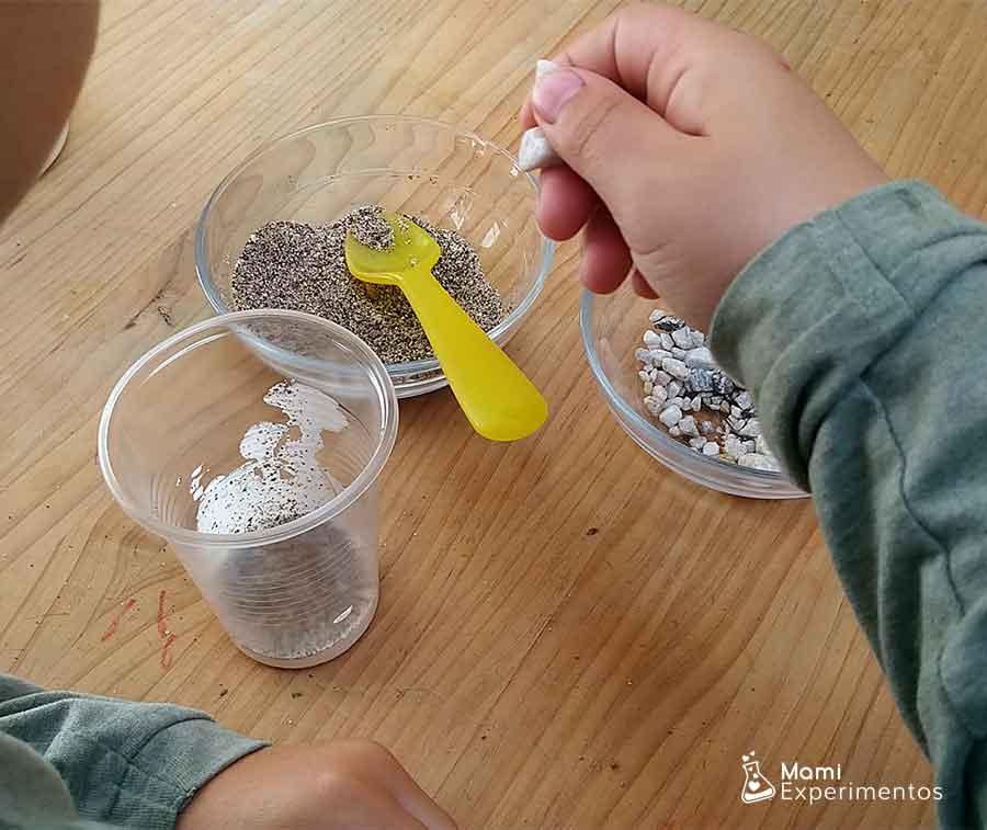 Guijarros, arena y cola para crear roca sedimentaria