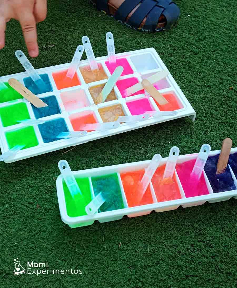 Hielos de colores para pintar en taller de verano
