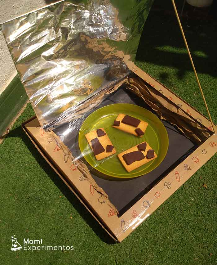 Horno solar casero preparando galletas