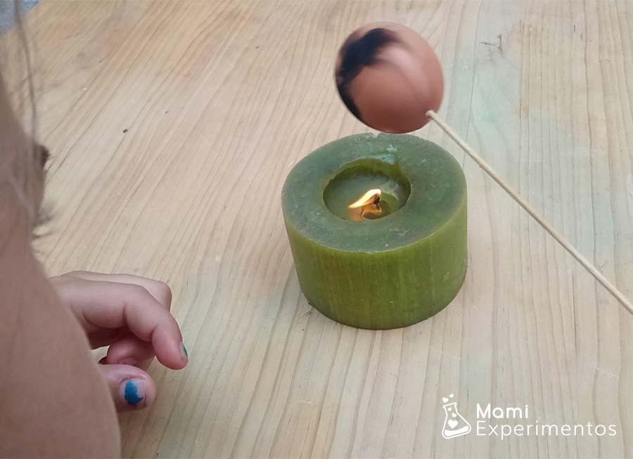 Huevo vacío con palito para poner negro experimento el huevo plateado