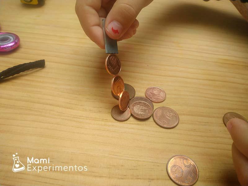 Imanes pegados a las monedas