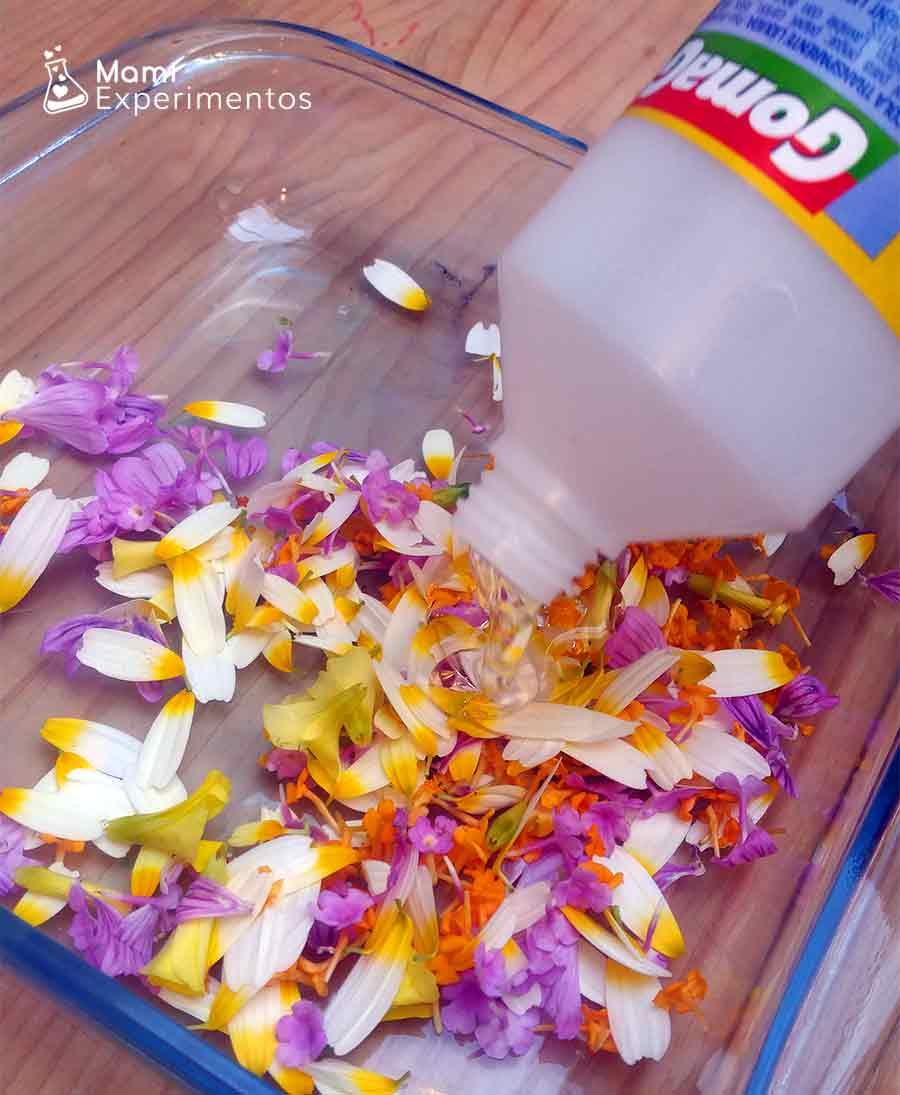 Incorporando pegamento a pétalos de flores para slime primavera flower power