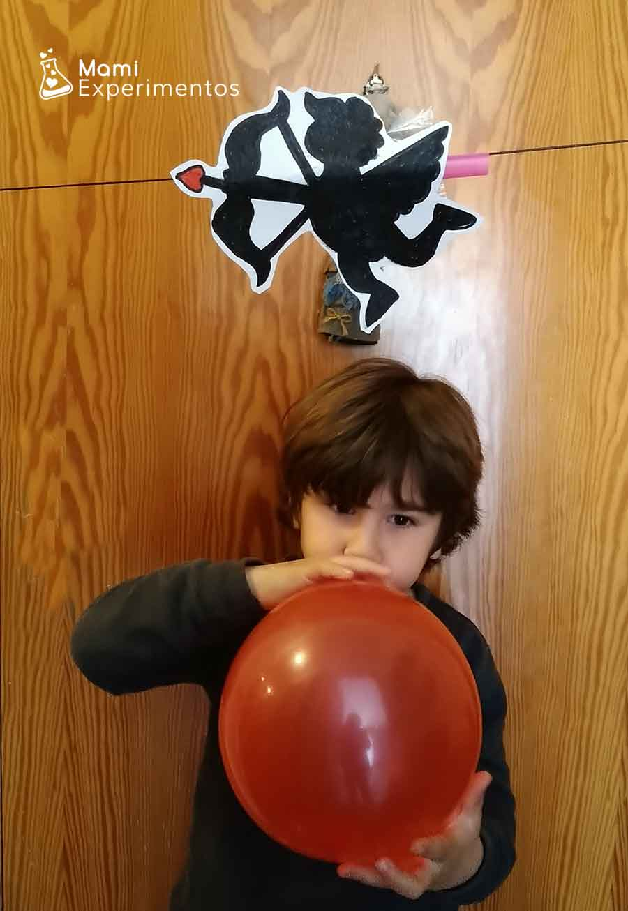 Inflando globo experimento Cupido volador