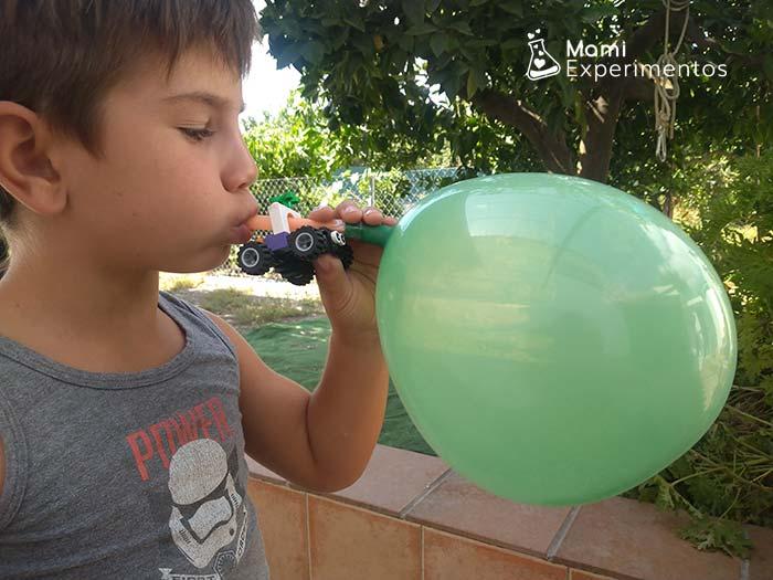 inflando globo para carrera coches a propulsión