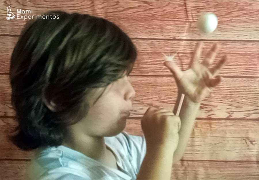 Juegos de ciencia con pajita y pelota que vuela