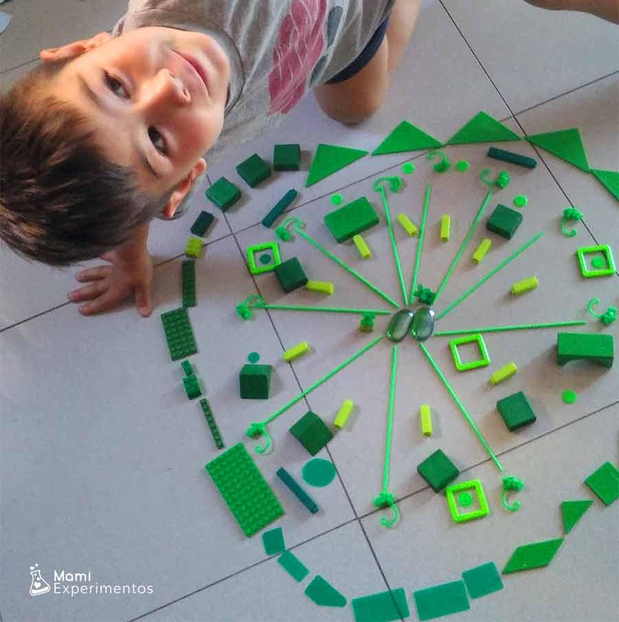 Jugando a crear manadla gigante monocromático verde