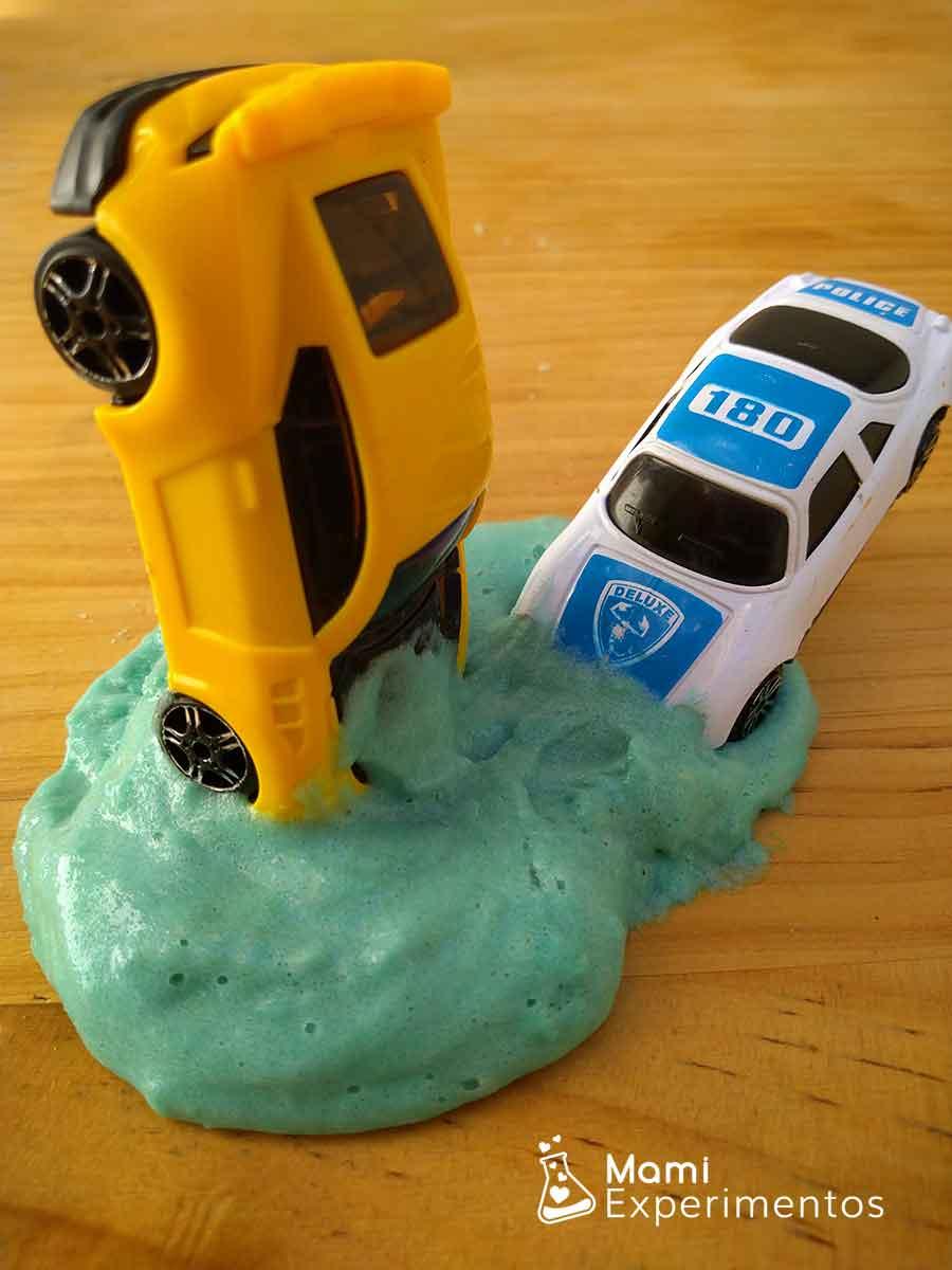 Jugando con coches y slime