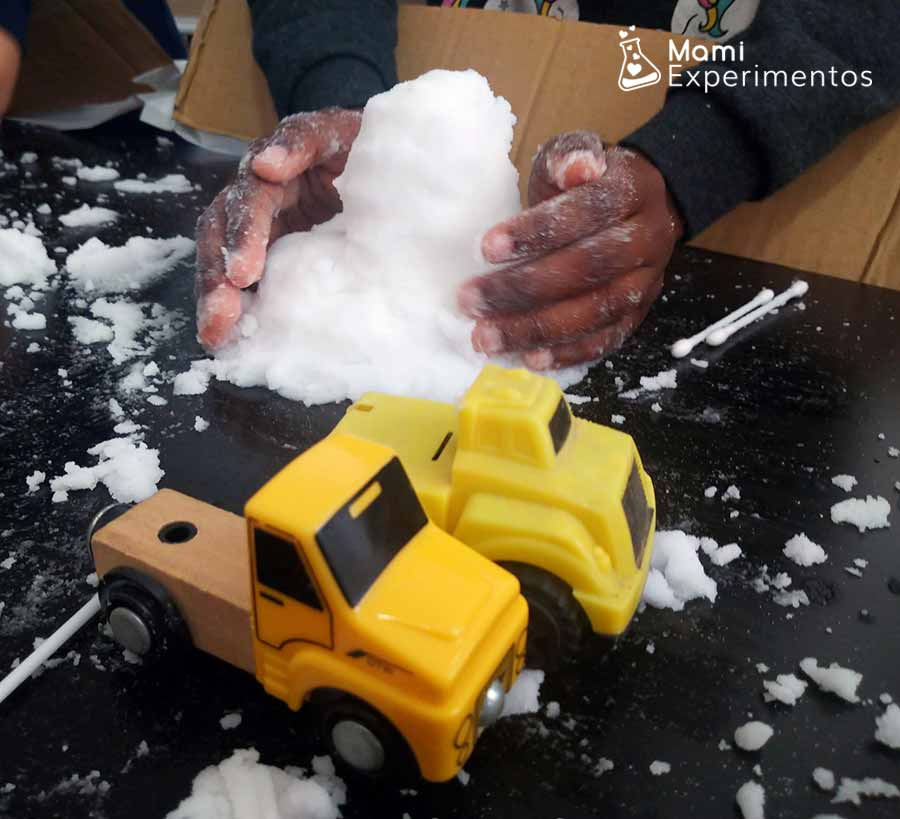 jugar con coches en la nieve artificial