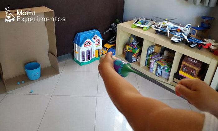 Jugando con lanzador de pompones