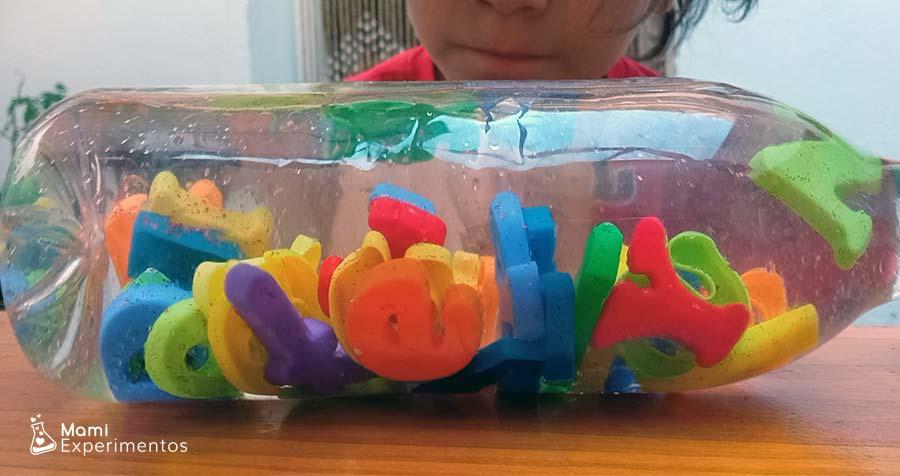 Jugando con las letras en botella sensorial alfabeto