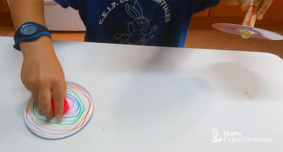 Jugando con peonzas o spinners caseros hechos con cds
