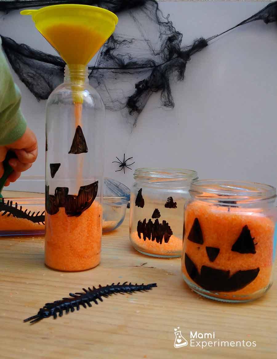 Jugando con sal color naranja calabazas halloween