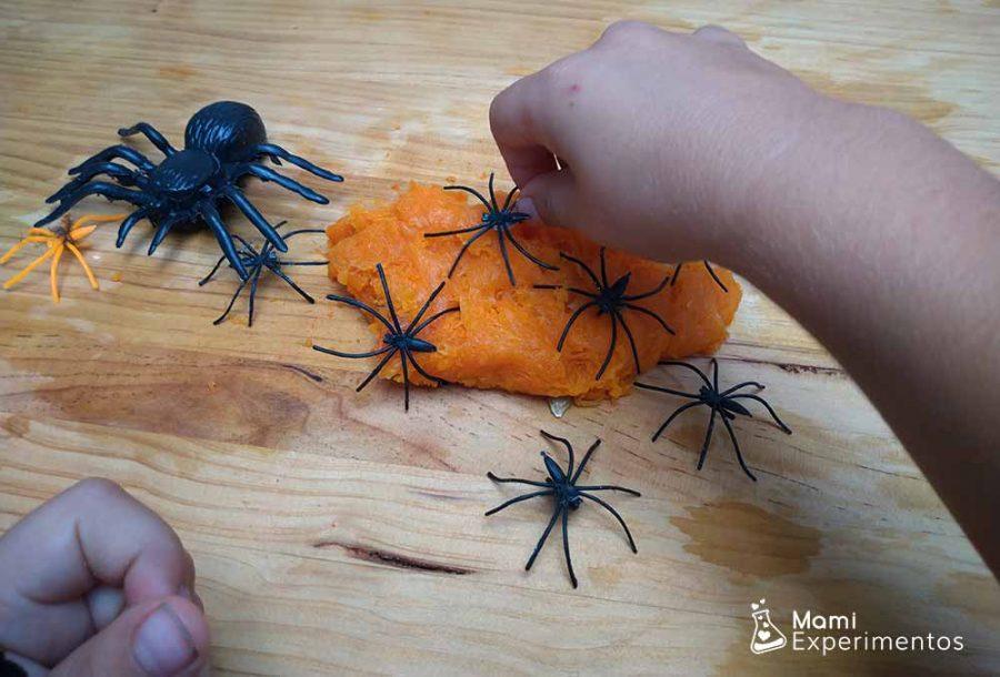 Jugando con el slime de calabaza especial halloween