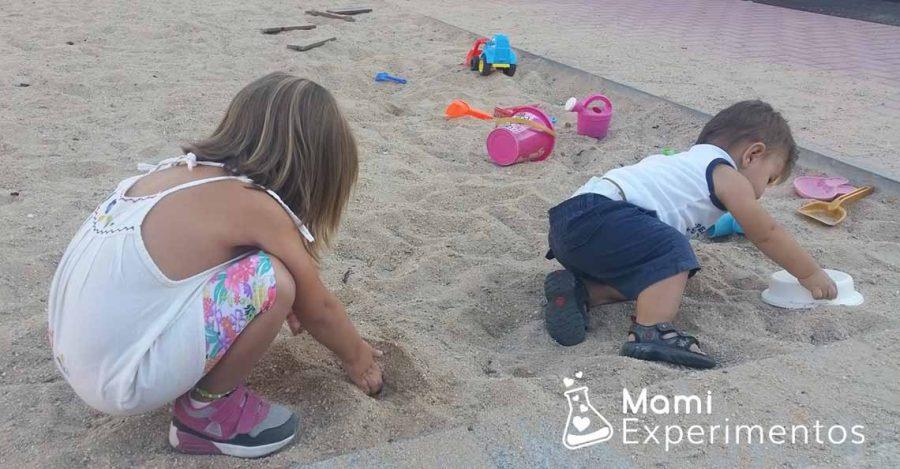 Jugar con la arena de los parques