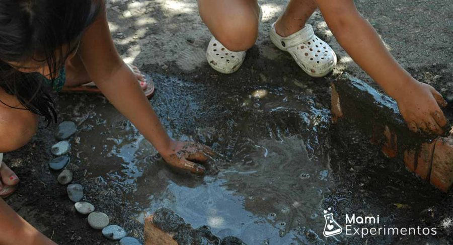 Actividades sensoriales en la naturaleza con agua y barro