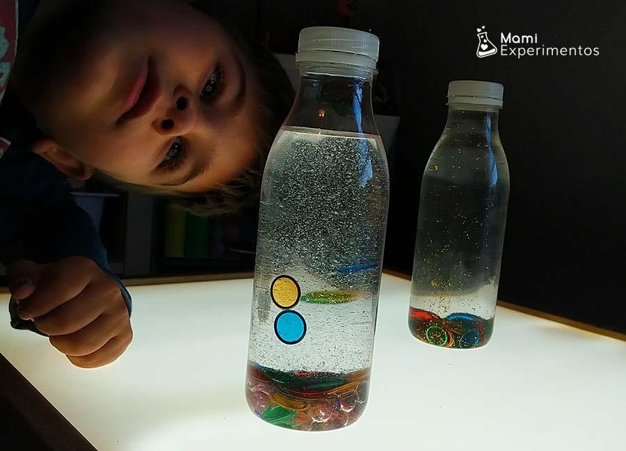 Jugar con botellas sensoriales magnéticas