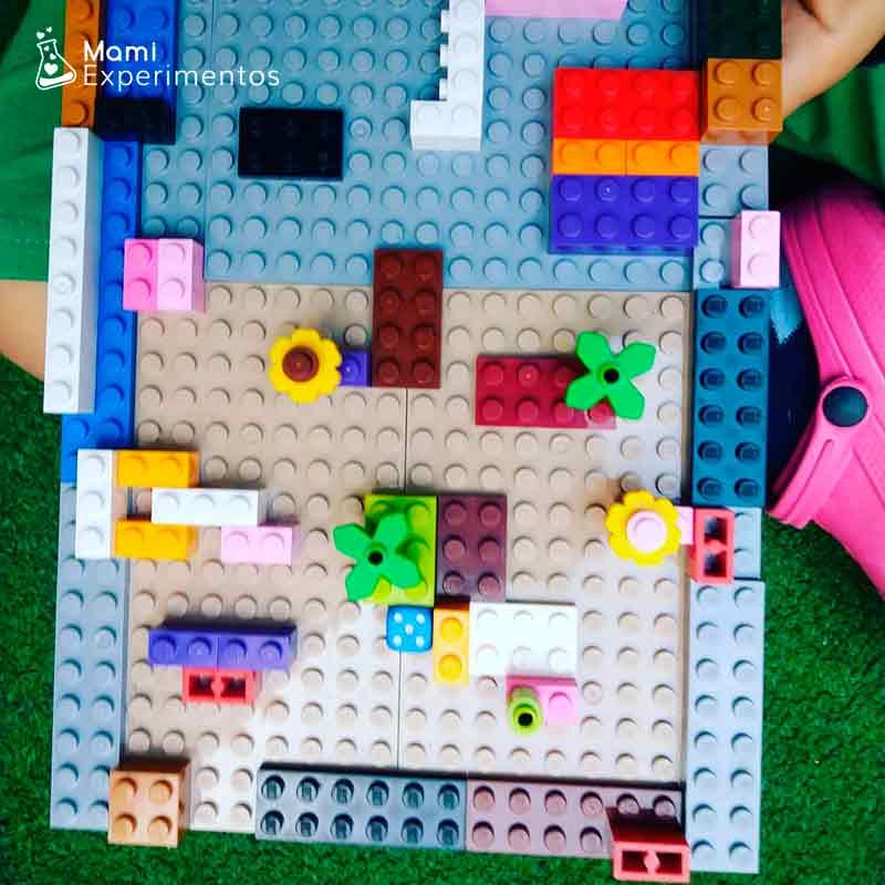 Jugar con el laberinto de piezas lego