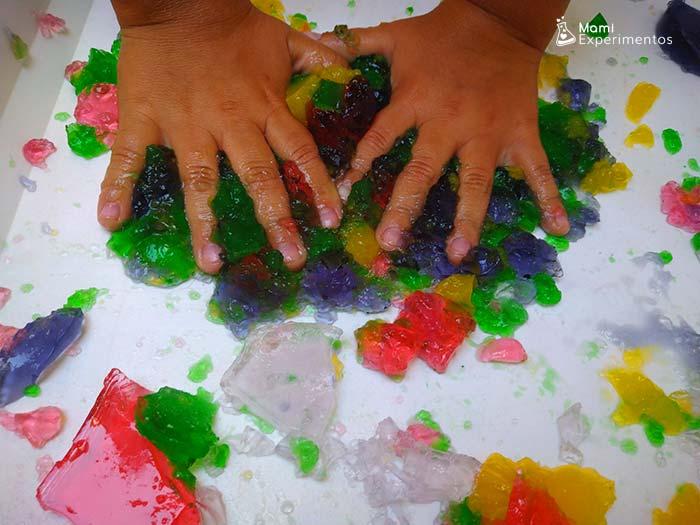 Jugar con gelatinas de muchos colores