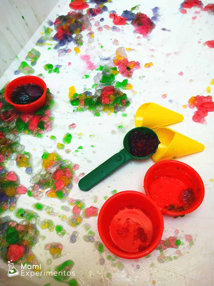 Jugar con gelatinas de colores haciendo helados