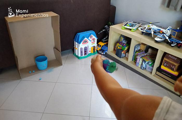 Jugar con lanzador de pompones casero