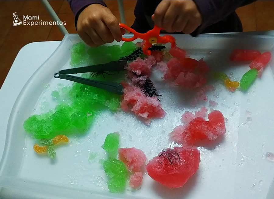 Jugar con manos de zombies de gelatina halloween
